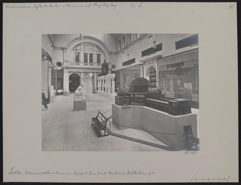 Vidovdanski hram izložen u Viktorija i Albert muzeju, 1915.